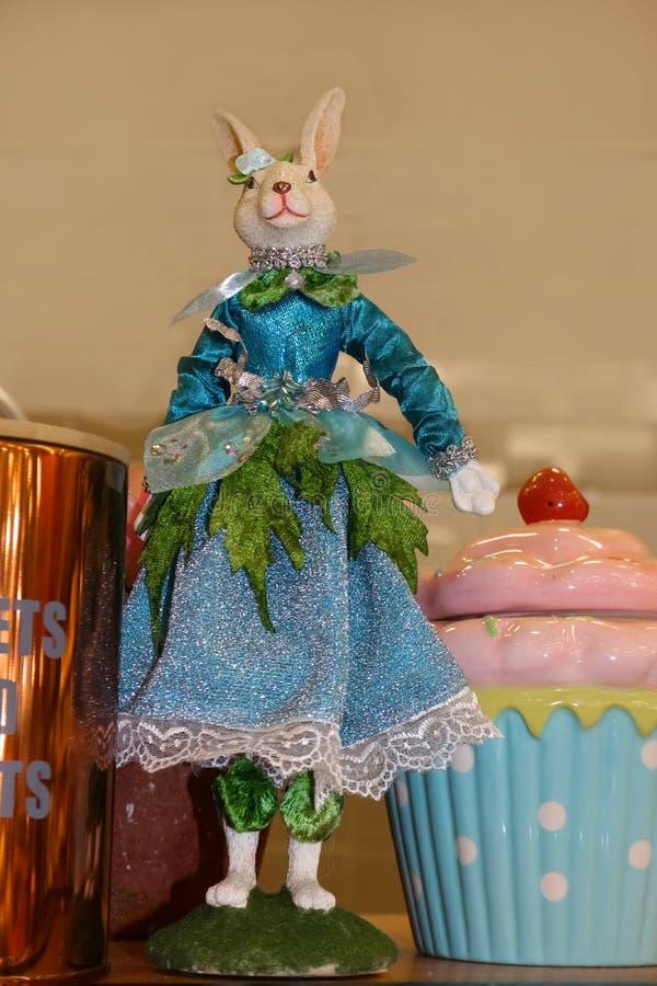 Bambola leggiadramente operata di Pasqua Bunny Springtime che sta sullo scaffale della cucina fotografie stock