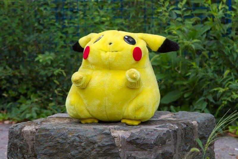 Bambola Pikachu della peluche del centro di Pokémon fotografia stock