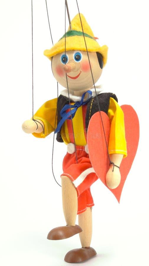Bambola porta il cuore fotografie stock