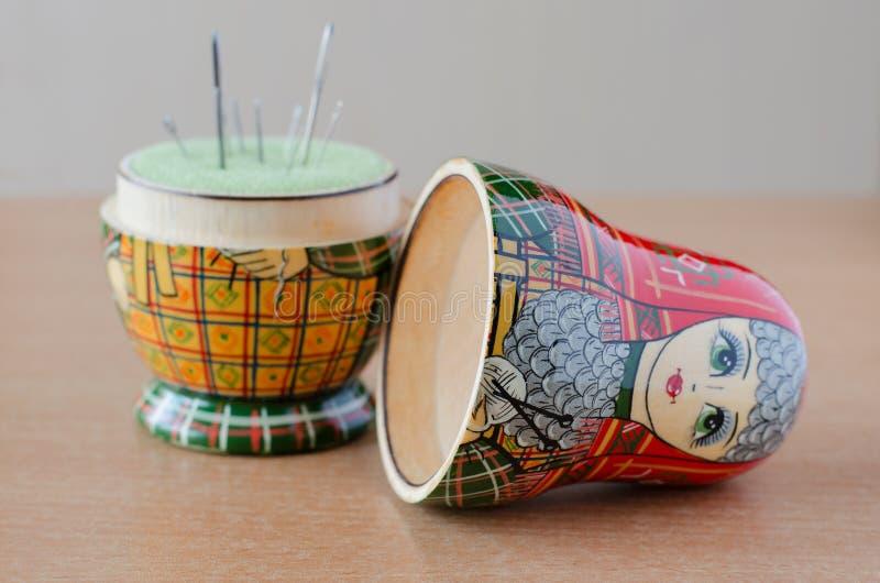 Bambola-puntaspilli di legno di matryoshka Ago di cucito fotografia stock