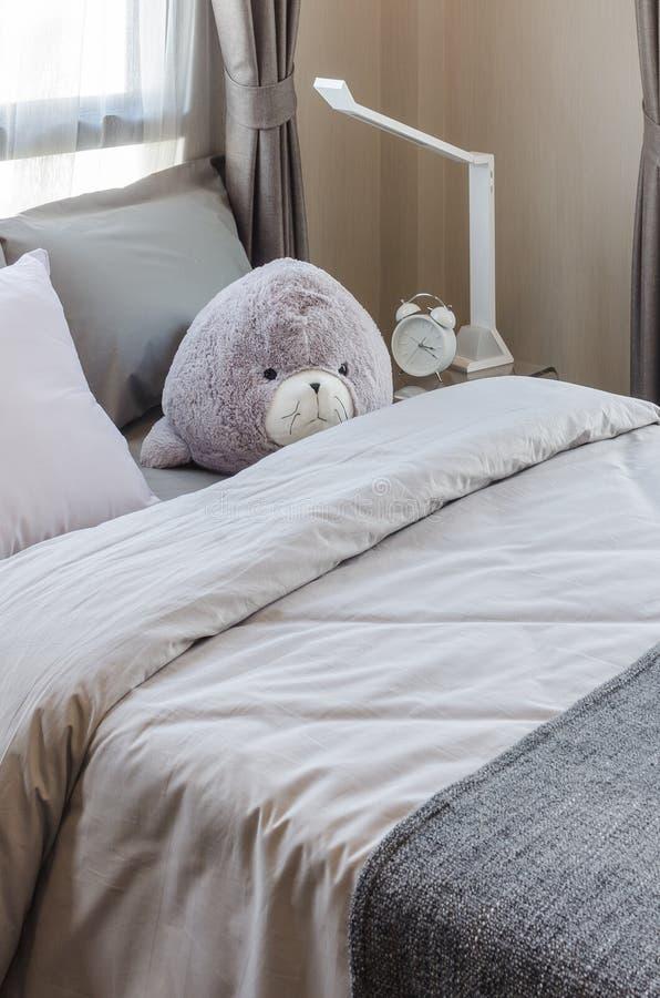 Bambola sul letto in camera da letto immagine stock - Giochi da baciare sul letto ...