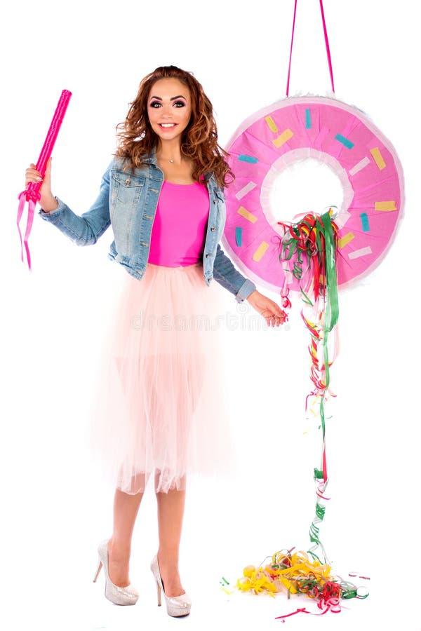 Bambola sveglia in un vestito ed in un rivestimento rosa dei jeans immagine stock