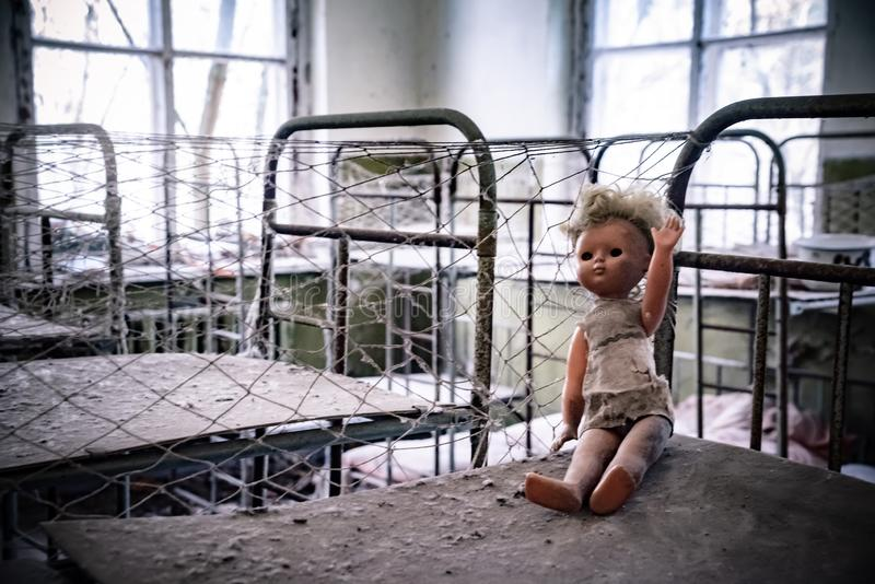 Bambola tagliata nell'asilo di Kopachi, zona di Cernobyl immagini stock libere da diritti