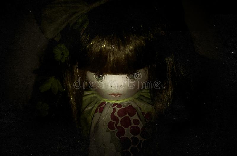 Bambola terrificante nello scuro fotografia stock libera da diritti