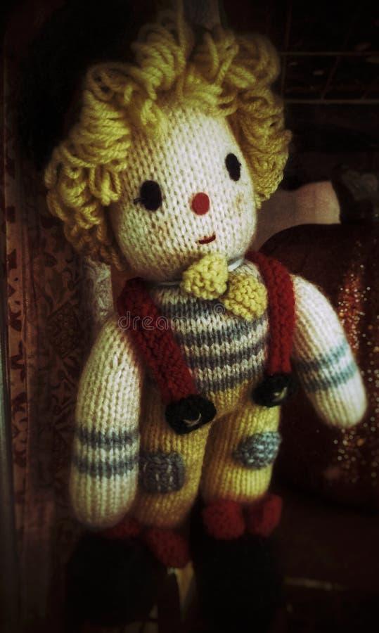 Bambola tricottata spettrale del pagliaccio fatta a mano di filato fotografia stock libera da diritti