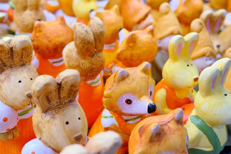 Bambole ceramiche animali sul piatto bianco da vendere nel negozio di alimentari di Daiso nel centro commerciale di Blueport Hua  fotografia stock libera da diritti