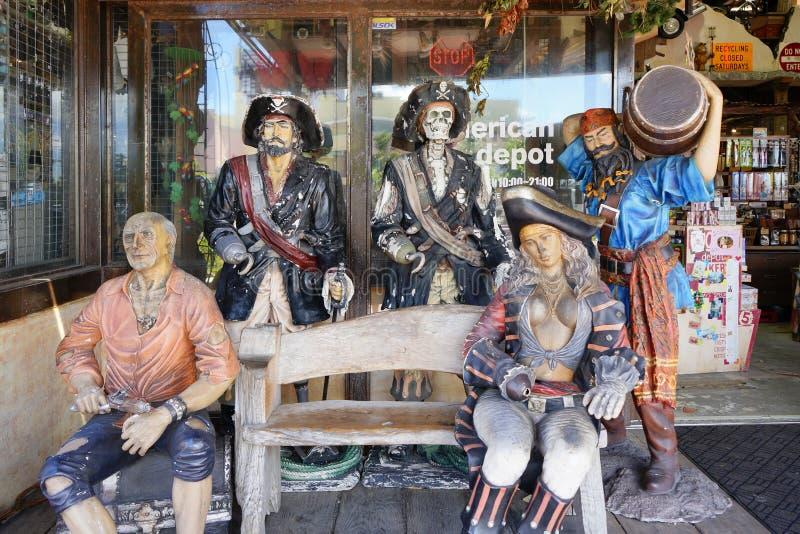 Bambole dei manichini dei pirati nel centro commerciale del negozio del villaggio americano della città di Chatan nell'isola di O immagini stock libere da diritti