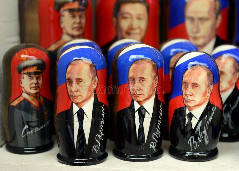 Bambole dei ricordi-matryoshka con l'immagine di presidente russo Vladimir Putin sul contatore dei ricordi a Mosca immagine stock libera da diritti