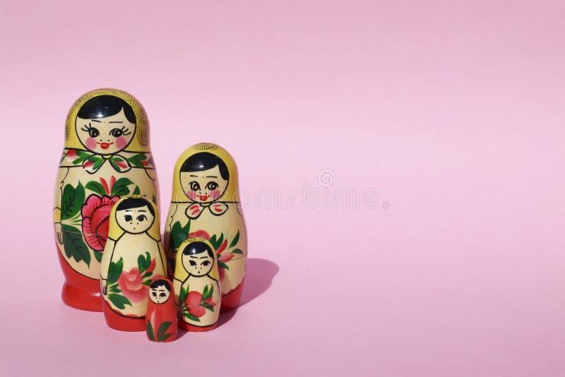 Bambole di incastramento di Babushka del Russo su fondo rosa Un gruppo di cinque fotografia stock