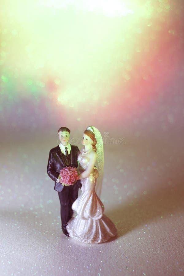 Download Bambole Di Matrimonio Delle Coppie Di Nozze Fotografia Stock - Immagine di torta, bridegroom: 117976364