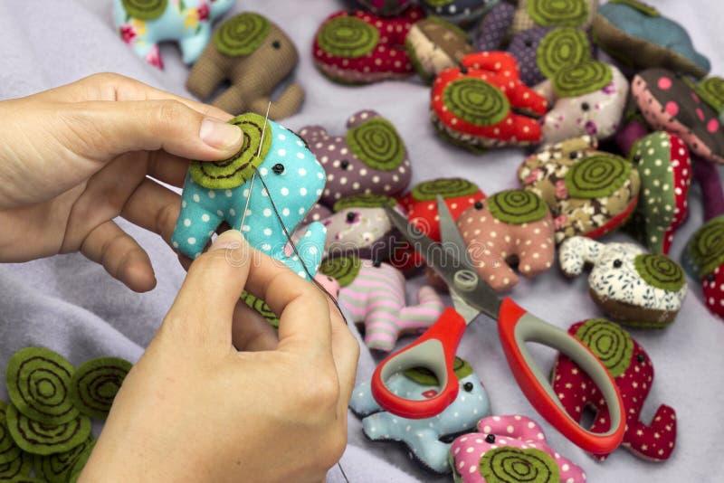 Bambole di pezza dell'elefante di cucitura a mano immagine stock libera da diritti
