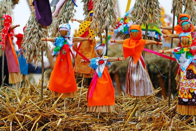 Bambole di Shrovetide del Russo piccole in vestiti variopinti tradizionali in occasione dell'arrivo della molla immagini stock