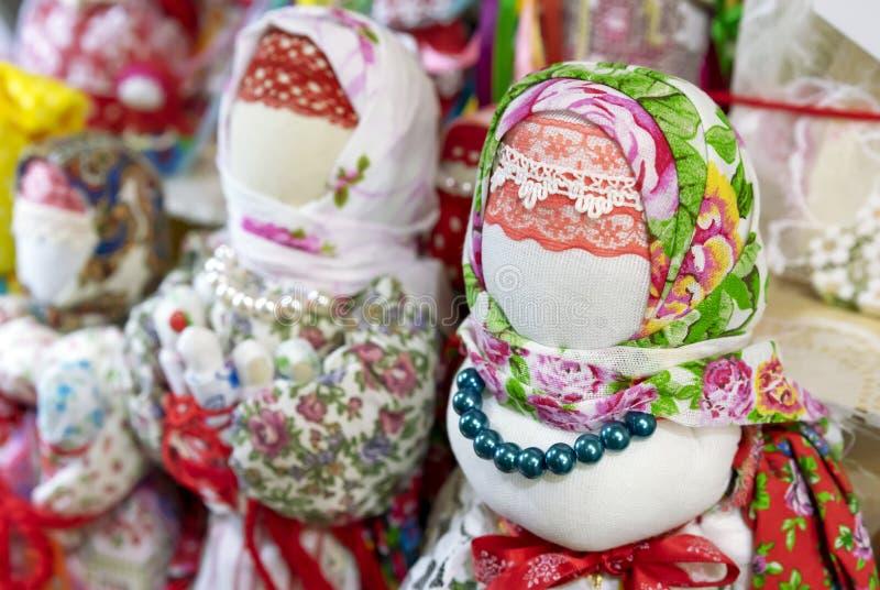 Bambole nei vestiti russi nazionali antichi sul contatore del negozio di regalo immagine stock libera da diritti