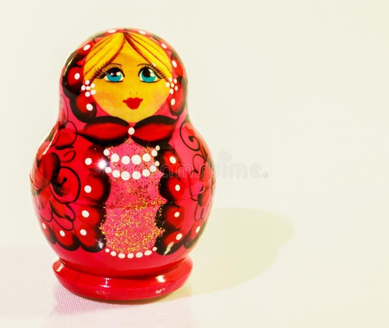 Bambole russe di incastramento isolate su un fondo bianco fotografia stock libera da diritti