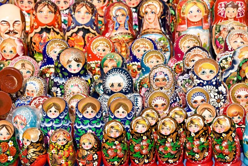 Bambole russe variopinte di incastramento fotografia stock libera da diritti
