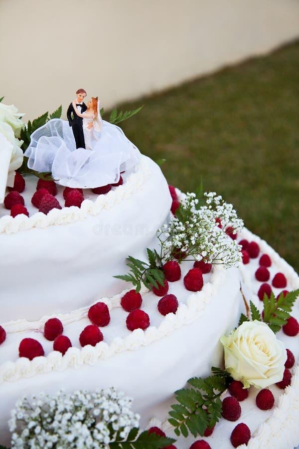 Bambole sulla torta di cerimonia nuziale fotografie stock libere da diritti