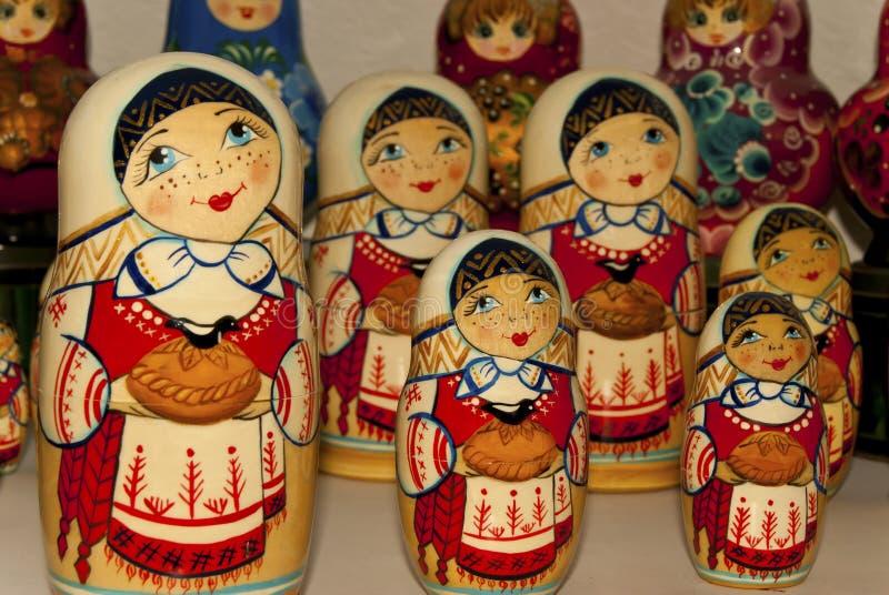 Bambole tradizionali russe di incastramento sul contatore del negozio di ricordo fotografia stock