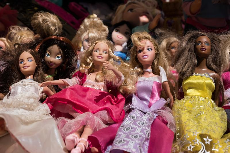 Bambole variopinte del giocattolo di barbie fotografia stock libera da diritti