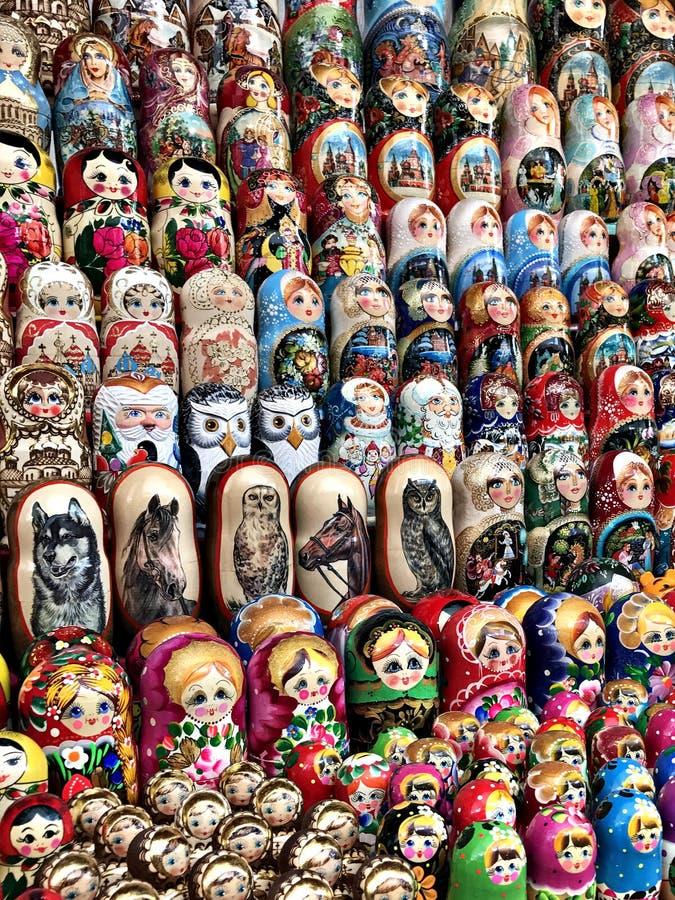 Bambole variopinte del ricordo di Matryoshka fotografie stock libere da diritti