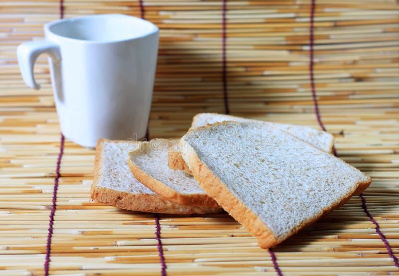 bamboo плита чашки хлеба стоковое фото