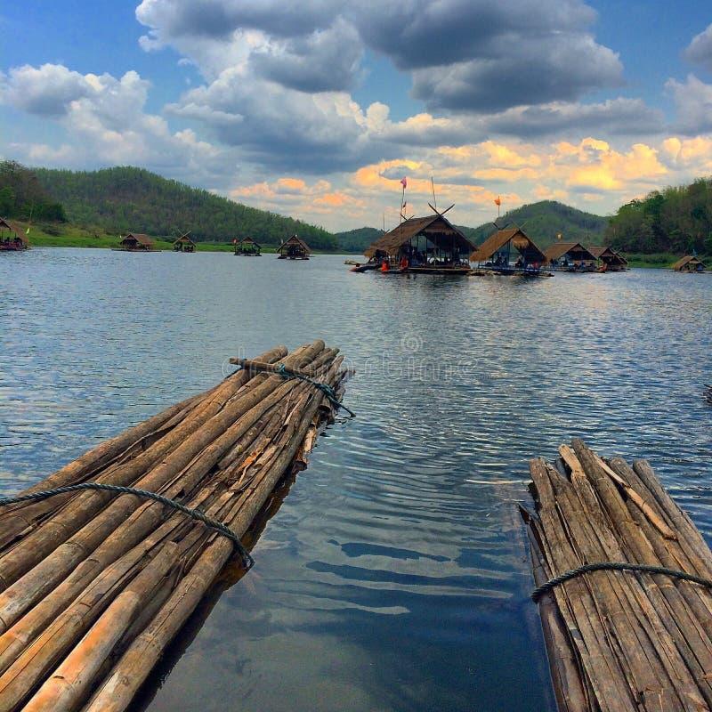 Bambou transportant le lac par radeau photographie stock libre de droits