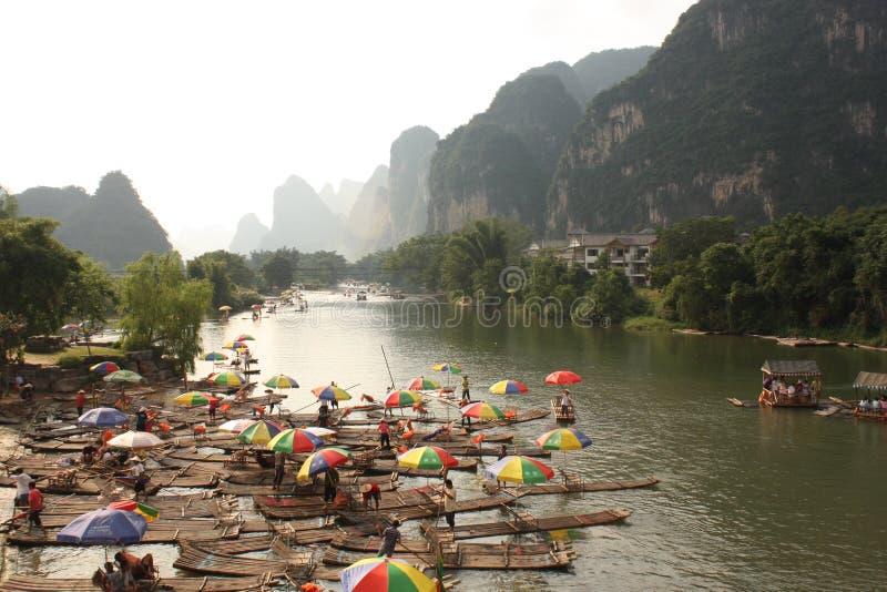 Bambou transportant par radeau sur le Li-fleuve, Yangshou, Chine photos stock