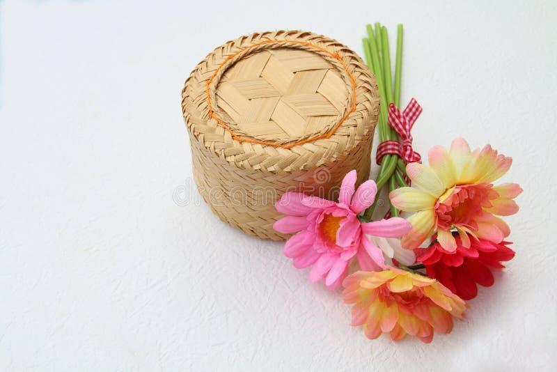 Bambubehållare för limaktiga ris på vit bakgrund royaltyfri fotografi
