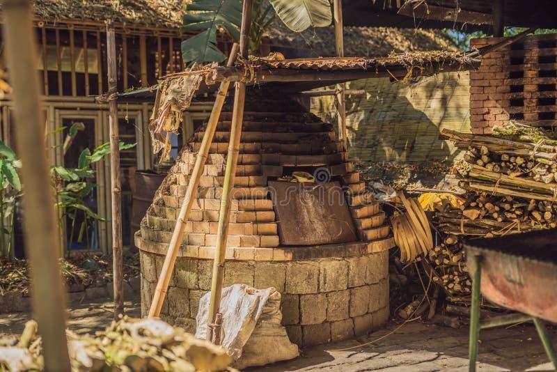 Bambubyn, traditionella hus som konstrueras av bambu med, halmtäcker taket i hjärtan av den Bali ön Mycket unikt och royaltyfri fotografi