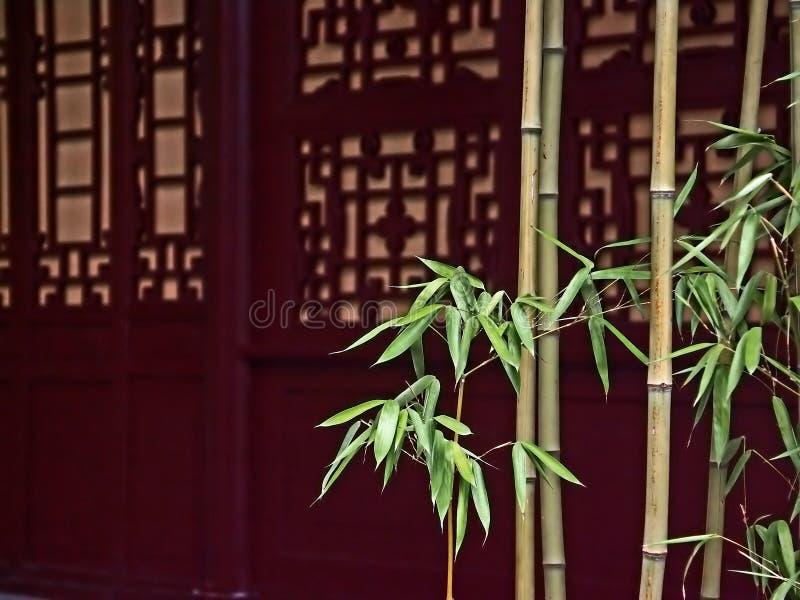 bambudörrar front rött trä royaltyfri foto