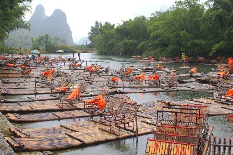 Bambuflottar mellan Xingping och Yangshuo Kina royaltyfri foto