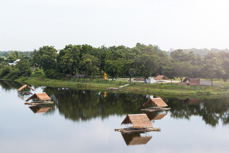 Bambuflotte med vetivertaket på sjön royaltyfri bild