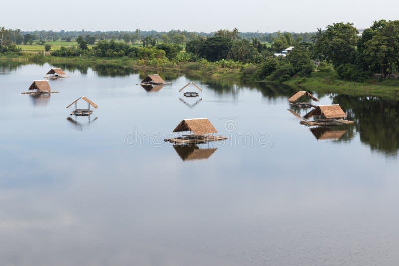 Bambuflotte med vetivertaket på sjön arkivbilder