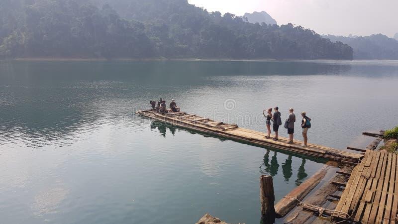 Bambuflotte på sjön arkivfoton
