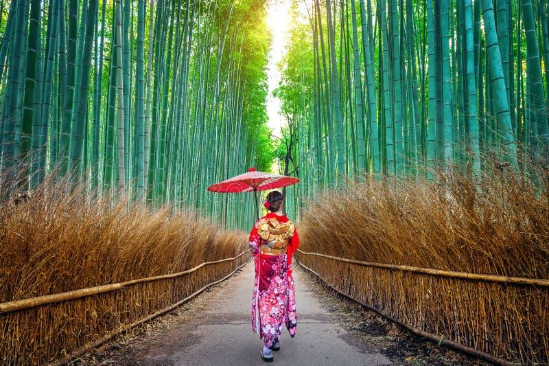 BambuForest Asian kvinna som bär den japanska traditionella kimonot på bambuskogen i Kyoto, Japan royaltyfria foton