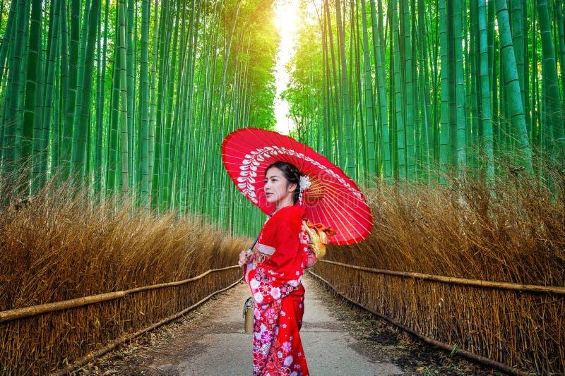 BambuForest Asian kvinna som bär den japanska traditionella kimonot på bambuskogen i Kyoto, Japan arkivbilder