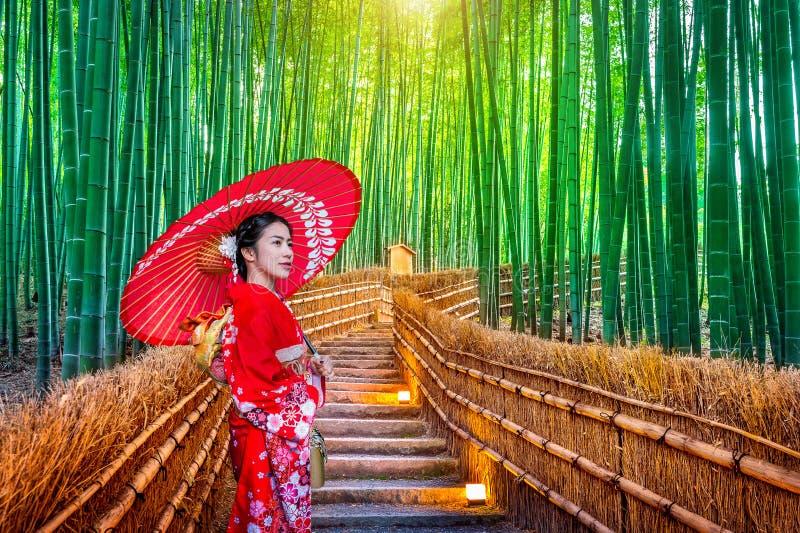 BambuForest Asian kvinna som bär den japanska traditionella kimonot på bambuskogen i Kyoto, Japan royaltyfri bild