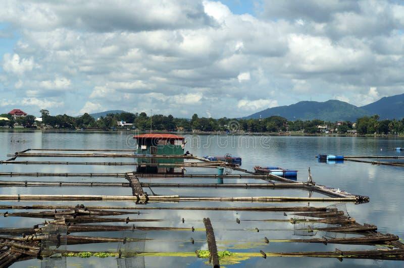 Bambukoja som byggs i mitt av sjön royaltyfri foto