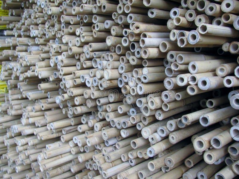 Bambupoler och pinnar royaltyfri foto