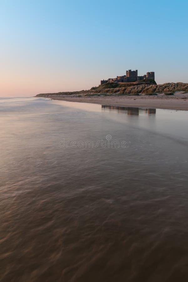 Bamburgh城堡的美好的风景图象在诺森伯兰角c的 免版税库存照片