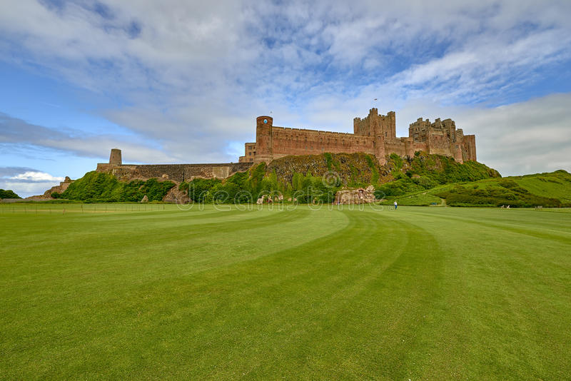 Bamburgh城堡,从北部看采取的诺森伯兰角南 免版税图库摄影