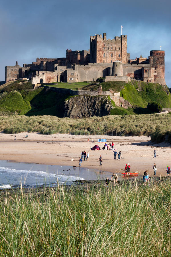 BAMBURGH, NORTHUMBERLAND/UK - 8月15日:Bamburgh城堡Vew  免版税库存图片