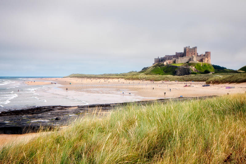 BAMBURGH, NORTHUMBERLAND/UK - 8月15日:Bamburgh城堡Vew  库存照片