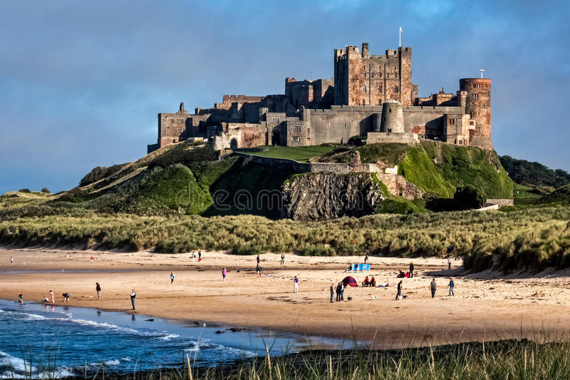 BAMBURGH, NORTHUMBERLAND/UK - 8月15日:Bamburgh Castl看法  库存照片
