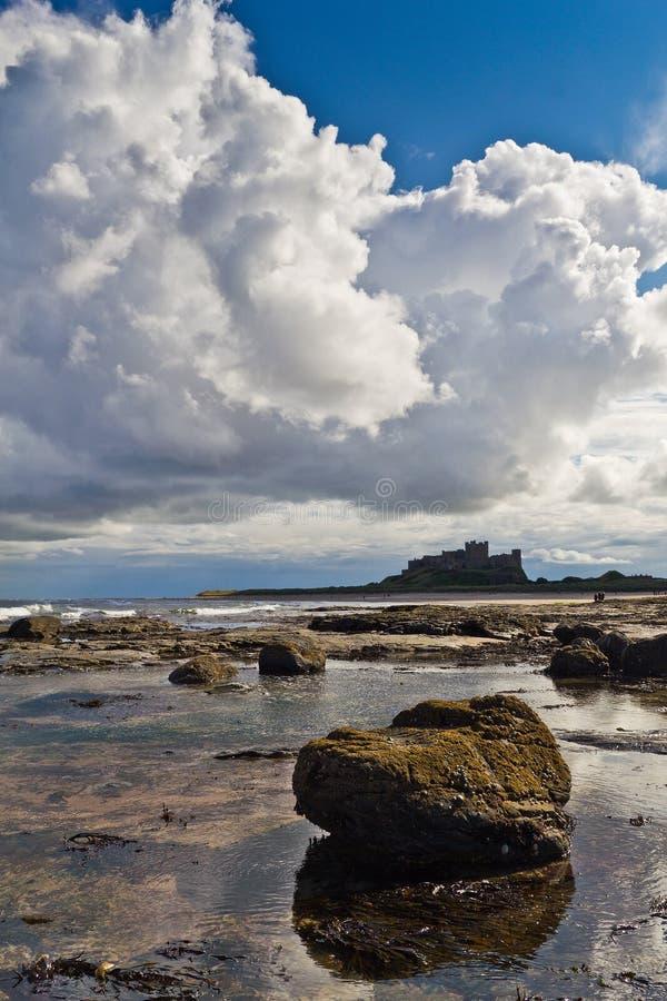 Bamburgh kasztel od plaży. obraz royalty free