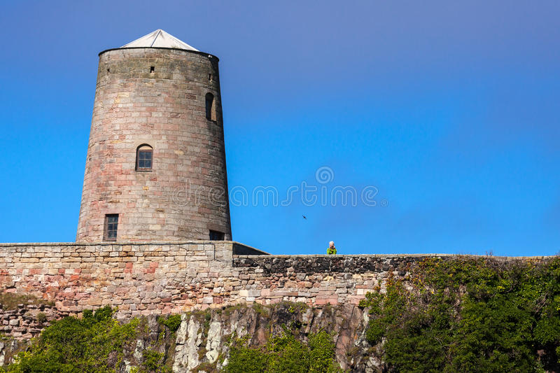 BAMBURGH, NORTHUMBERLAND/UK - 15-ОЕ АВГУСТА: Замок Bamburgh в Bam стоковые фотографии rf