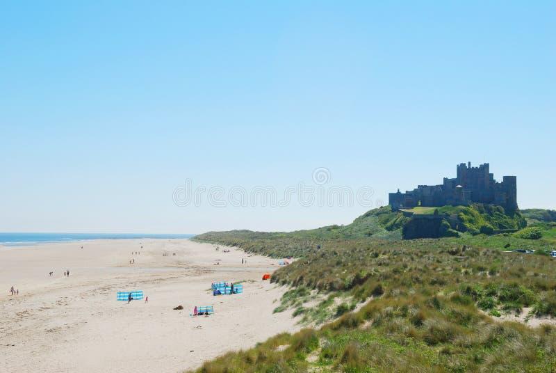 Bamburgh plaża na mgławym letnim dniu i kasztel obrazy royalty free