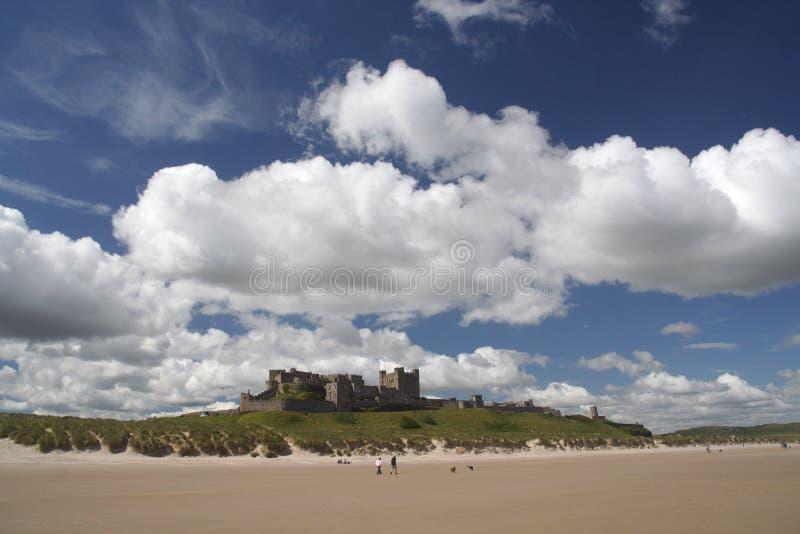 bamburgh plaży zamku zdjęcie royalty free
