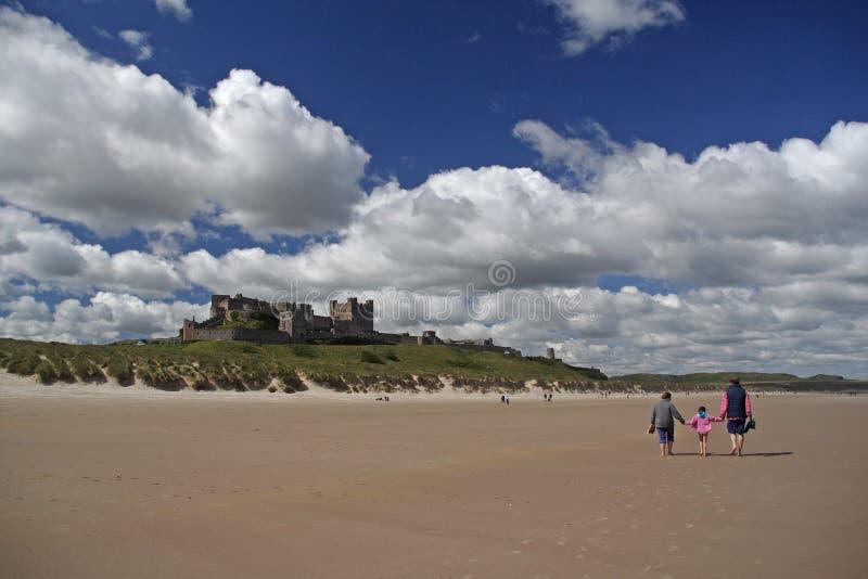 bamburgh plaży zamku fotografia stock