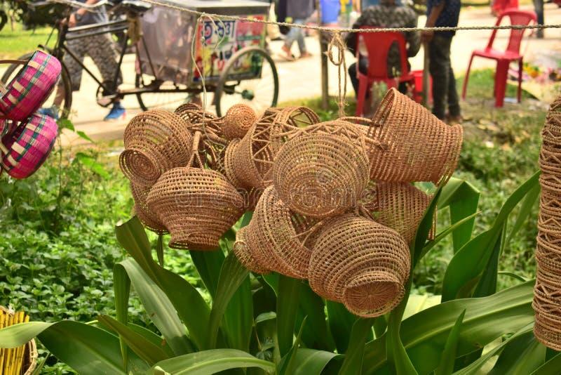 Bambus i trzcina zrobiliśmy koszowi wystawiającemu w bangladeskim lokalnym jarmarku zdjęcia stock