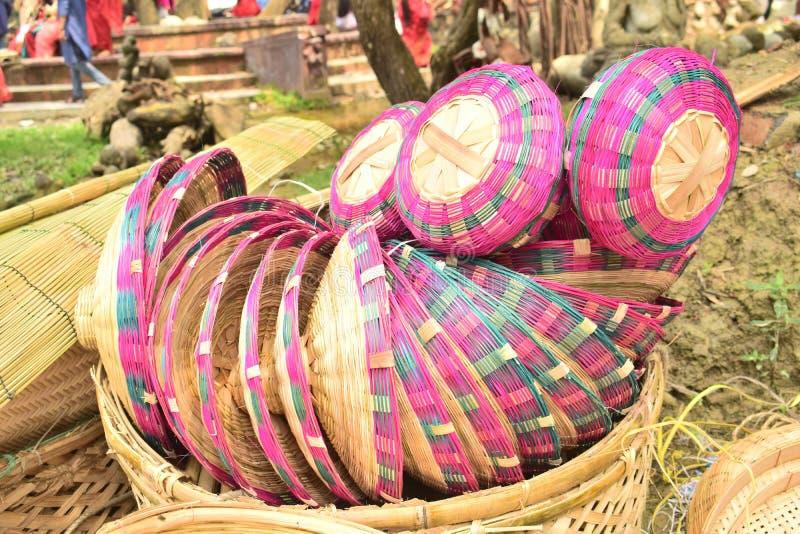 Bambus zrobił koszowi wystawiającemu w bangladeskim lokalnym jarmarku obraz stock